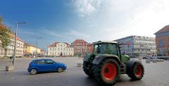 Marktplatz in Ratzeburg - Trecker und Pkw; im Hintergrund Architektur AM MARKT.