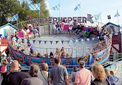 Stadtfest Norderstedt - Spektakulum; Karussel  Superhopser - Jugendliche fliegen hoch / Zuschauer.