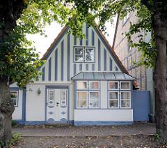 Fischereihaus, Fassade blau abgesetzt; Utlucht / Auslucht - ebenerdiger Standerker, der einen Einblick in die Strasse ermöglicht.