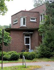 Eingang eines kubischen Klinkergebäudes - Architektur in Garstedt / Norderstedt.