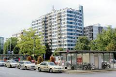 Taxistand vor dem Herold Center / Bushaltestelle - Hochhäuser in Garstedt / Norderstedt.