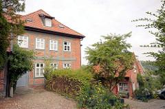 Historische Architektur auf der Domhalbinsel von Ratzeburg - Fachwerkgebäude mit Ziegeldach.
