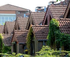 Mit Dachpfannen eingedeckte Hauseingänge und Dächer -  Neubaugebiet, Reihenhaus in Norderstedt