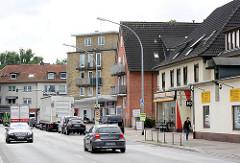 Wohnhäuser, Geschäftshäuser an der Ulzburger Strasse - re. ein Lagerhaus mit alter Dachwinde - Bilder aus Garstedt / Norderstedt.