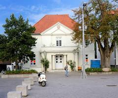Alte Wache auf dem Marktplatz von Ratzeburg; klassizistische Architektur; rechts  die mehr als 300 Jahre alte Ratzeburger Friedenslinde.
