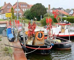 Fischereiboote im Hafen von Arnis - Ortsschild der kleinsten Stadt Deutschlands.