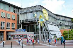 Eingang zum Kino Spectrum in Norderstedt - Kunstwerk AUGEN UND OHREN, Künstler Timm Ohrt; eingeweiht 2008