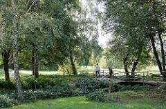Grünanlage Moorbekpark in Norderstedt Nähe Rathausallee; Brücke über die Moorbek.