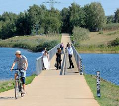 Brücke über den Stadtparksee in Norderstedt - Fussgänger + Radfahrer.