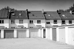 Schwarz-Weiss Foto - Garagentore und einstöckige Reihenhäuser in Glashütte, Norderstedt.