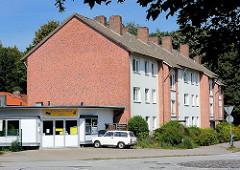 Mehrstöckiger Wohnblock mit Schornsteinen - flache Gewerberäume; Fotos aus Glashütte, Norderstedt.