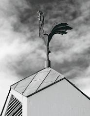 Johannes Kirche in Friedrichsgabe / Norderstedt. Erbaut 1966, Entwurf Architekt Heinz Graaf. Kirchturmhahn von Pit von Frihling.