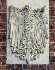 Adler Wappen an der Fassade des historischen Postgebäudes in Ratzeburg.