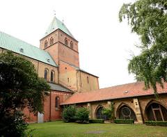 Ratzeburger Dom - romanische Backsteinarchitektur, ab 1160 erbaut; gestiftet von Heinrich dem Löwen als Bischofskirche des Bistums Ratzeburg - Blick aus dem Kreuzgang.