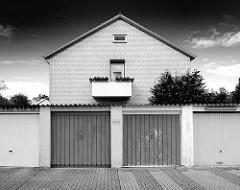 Garagen und mehrstöckiges Wohnhaus in Friedrichsgabe, Norderstedt - Achitektur der 1960er Jahre; Scharz-Weiss Foto