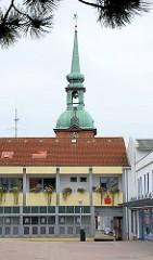 Turm der Nikolaikirche / Spätbarock, erbaut 1793. Moderne Architektur mit Balkonen.