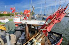 Fischereiboote im Hafen von Arnis - im Hintergrund ein Sportboothafen - Marina an der Schlei.