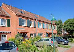 Moderne Reihenhäuser - Fenster mit Holzluken, Strassenlampe - Bilder aus Norderstedt.