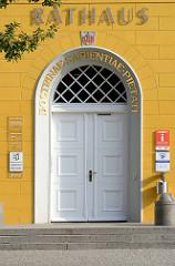 Eingangstür Rathaus von Ratzeburg - Inschrift DOCTRINAE  SAPIENTIAE PIETATI  ( der Lehre, der Weisheit, der Frömmigkeit )
