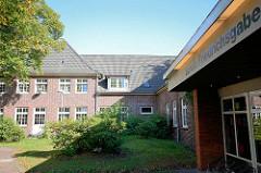 Historisches und neues Schulgebäude - der Schule Friedrichsgabe / Norderstedt.