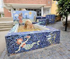 """Mosaikbrunnen """"der Heilige Christopherus"""" in der Fussgängerzone  Schmiedestrasse; gestaltet von der Keramikkünstlerin Debora Stock."""