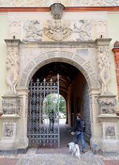 Mit allegorischem Bauschmuck versehener Eingang zum Amtsgericht Wismar.
