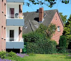 Einzelhaus mit Spitzdach - Balkons eines Neubaus in Glashütte, Norderstedt.