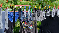 Im Innenhof wird Wäsche auf der Leine zum Trocknen aufgehängt. Fotos aus Norderstedt / Garstedt.