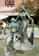 Kunst in Norderstedt vor dem Rathaus; Brunnen DIE REGENTRUDE; Bildhauer Hans-Werner Könecke; Szene aus der Novelle Theodor Storms - die Regentrude legt schützend den Arm um das Bauernmädchen Maren.