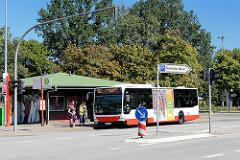 Busstation Glashütte Markt, Norderstedt - ein Bus hält an der Haltestelle.