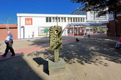 """Einkaufscentrum Glashütter Markt in Norderstedt - Steinskulptur """" Stadt oder Inspiration einer nördlichen Stadt """", Künstler Edgar Funch (1980)"""