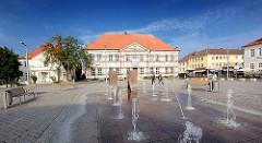 Blick über den Springbrunnen auf dem Markt von Ratzeburg zur Alten Wache (lks.) und dem Alten Kreishaus - erbaut 1728, lübscher Baumeister Joseph Wilhelm Petrini.