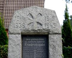 Kriegsgedenkstein Friedrichsgabe, Norderstedt. 1914 - 1918 / 1939 - 1945;  Inschrift: IHREN GEFALLENEN HELDEN DIE DANKBARE GEMEINDE FREIDRICHSGABE.