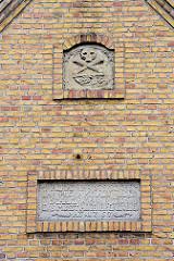 Fassadendekor der Friedhofskapelle von Kappeln; erbaut 1767 - Inschrift (ca.) HERAN IHR STERBLICHEN - IHR PILGRAME AUF ERDEN- SCHAUT WAS WIR ITZO SIND - DAS MUSST AUCH IHR EINST WERDEN - ANNO 1767.