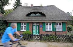 Reetdachkate, Fenster mit Holzluken - ehem. Zollhaus, Glashütte / Norderstedt - Segeberger Chaussee.