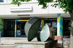 Skulptur am Eingang vom Gymnasium von Harksheide - Bronzeplastik FLÜGELFORM, Künstler Ulrich Beyer; aufgestellt 1970.