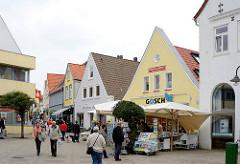 Fussgängerzone - Einkaufsstrasse   / Schmiedestrasse in Kappeln - Passanten in der verkehrsberuhigten Strasse.