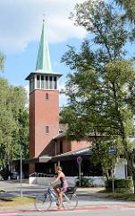 Evangelische Kirche Harksheide - Norderstedt; Kirchturm mit Kupferspitze - Architektur der 1970er ´Jahre.