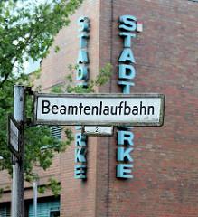 Strasse BEAMTENLAUFBAHN in Norderstedt / Mitte - im Hintergrund Fassadenbeschriftung Stadtwerke.