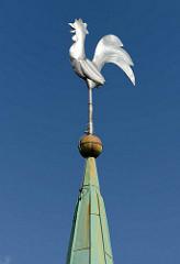 Evangelische Kirche Harksheide - Norderstedt; Wetterhahn auf der Kirchturmspitze / Kupfer.