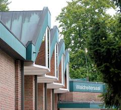 Architektur der 1970er Jahre - Waldreitersaal in der Gemeinde Grosshansdorf, Kreis Stormarn / Schleswig - Holstein. Metalldach, Fenster / Oberlicht - Schriftzug Waldreitersaal.