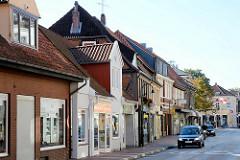 Hauptstrasse von Mölln - Strassenverkehr; Einzelhandel, Geschäfte - Schaufenster.