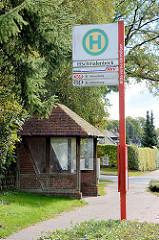 Bushaltestelle Schmalenbeck - Wartehäuschen mit Glas und Fachwerkbalken.