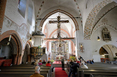 Innenansicht der St. Nicolaikirche in Mölln - Wahrzeichen der Stadt; der Gottesbau wird auf den Anfang des 13. Jahrhunderts datiert. Architekturstil spätromanisch, Pfeilerbasilika - dreischiffig / Backsteinromanik