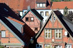 Historische Architektur in Mölln - Fachwerkgiebel, Holzfenster; moderne Satelliten-Schüssel.