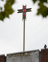 Kreuz auf dem Kirchturm der katholischen Heilig Geist Kirche in Grosshansdorf.