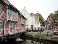 Zweigeschossiger Fachwerkbau aus der Mitte des 17 Jahrhunderts in Wismar; das Gebäude steht auf zwei tonnengewölbten Brückenjochen / Gewölbe.