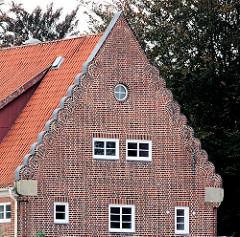 Historische Architektur - Fassade mit Ziegelschmuck - Schulgebäude in Großhansdorf, Grundschule am Wöhrendamm; Architekt Fritz Höger.