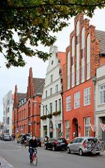 Historische Architektur in der Mecklenburgischen Strasse von Wismar - im Hintergrund die Backsteinarchitketur des Postamts.