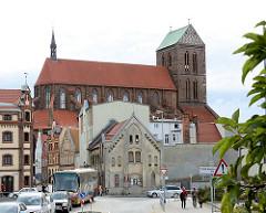 Architektur der Hansestadt Wismar - Wohnhäuser, Backsteinkirche St. Nikolai.